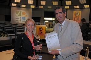 Autorin Sandra Stricker erhielt ihren Preis vom VDRJ-Vorsitzenden Jürgen Drensek (Foto: vdrj.de)