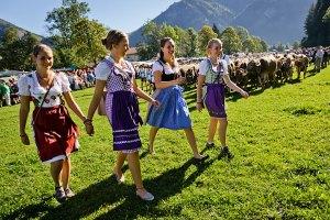 Eine Stimmung wie auf dem Oktoberfest herrscht oft beim Viehscheid: Ob Preuße oder Bayer - jeder trägt Tracht
