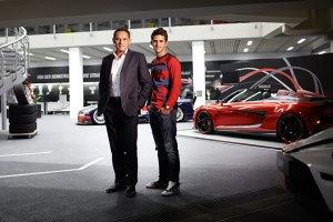 Tüftler und Rennfahrer: Hans-Jürgen Abt und Sohn Daniel im Showroom des Familienunternehmens, das sein Können in der DTM und im GT-Bereich auf der Rennstrecke zeigt und weltweit Autos aus dem VW-Konzern veredelt