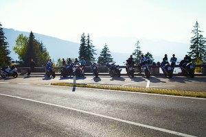 Frischer Schnee Anfang Oktober in den Allgäuer Alpen im Hintersteiner Tal, am Tag zuvor hatten Motorradfahrer kurz vor Oberjoch am Aussichtspunkt Kanzel Herbstsonne und Aussicht genossen
