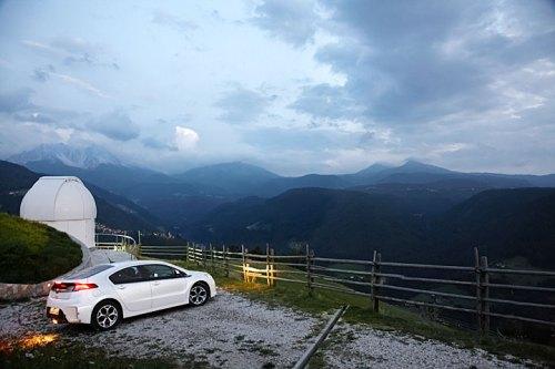 Der Opel Ampera vor der Sternwarte Max Valier in Gummer