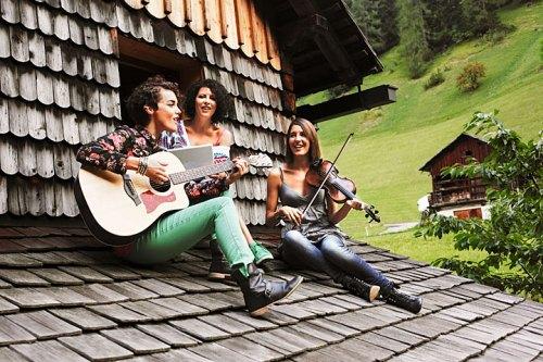 Hüttenmusik: Maria an der Gitarre, an der Geige Elisabeth und in der Mitte deren Schwester Marlene.