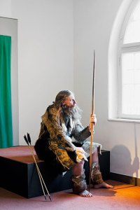Ötzi-Darsteller Peter Schorn sitzt hier im Südtiroler Archäologiemuseum in Bozen.