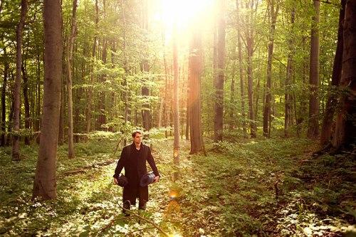 Wie er in Buchen steht: Lukas Kapeller sucht sich mit Sondergenehmigung einen Schlafplatz im Nationalpark Hainich.