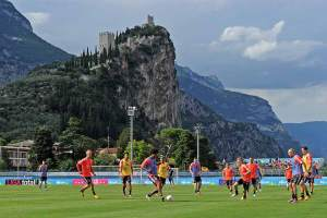 Kicken am Gardasee: Im Sommer bereiten sich die Bayern in ihrem Trainingslager im Trentino auf zukünftige Aufgaben vor.
