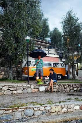 Auch zwei britische Camper haben mit ihrem restaurierten VW-Bus Nanzel für sich entdeckt.