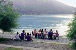 Deutsch-italienisches Abendmahl: Helmut und Karin essen mit den Piantonis Spaghetti am See.
