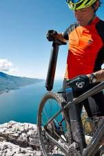 Peter Schlickenrieder zeigt, wie der Akku am E-Bike getauscht wird.