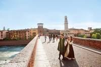 Die Schauspieler Alessandro Di Nuzzi und Annalisa Esposito laufen als Romeo und Julia über die Ponte Pietra.