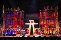 """Aufführung der Oper """"Romeo und Julia"""" in der Arena di Verona: Ein wuchtiges Bühnenbild ist hier Pflicht."""