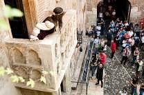 An der Casa di Giulietta blickt Romeo-Darsteller Alessandro Di Nuzzi zu seiner Angebeteten Annalisa Esposito auf.