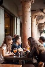 Spritz am Abend: junge Leute vor der Osteria Verona an der Piazza delle Erbe