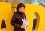 Unsere zweite Gewinnerin Victoria S. geht mit ihrem Vater zum Spiel - und dem aktuellen ADAC Reisemagazin Gardasee
