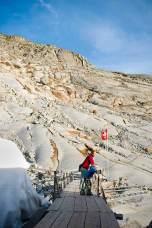 Geologiestunde: Überall dort, wo sich der Rhônegletscher zurückzieht, hinterlässt er glatt polierte Felsen.