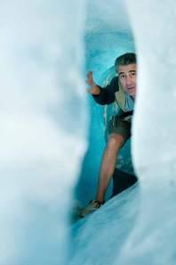 Eng und kalt: Papa Stefan zwängt sich durch eine Höhle in der Eisgrotte am Furkapass.