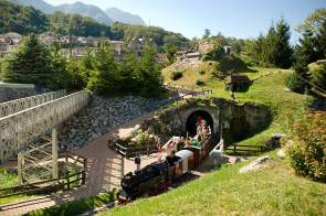 Minilandschaft: mit der Modelleisenbahn durch den Swiss Vapeur Park.