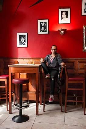 Letztes Mal steuerte Stefanie Heinzmann Sion noch als Fahrschülerin an. Um ihre Stimme zu schonen, trinkt sie Tee, hier im Café Au Boulevard an der Place du Midi.