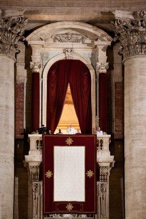 """""""Buona Sera"""" sind die ersten Worte, die Papst Franziskus zu den Menschen auf dem Petersplatz spricht."""