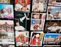 Auf den Souvenirständern ist Papst Benedikt XVI. noch allgegenwärtig.