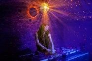 Im Blaulicht: Die Jazzsängerin und DJane Georgia Lee dreht an den Reglern in der Diskothek Muzak.