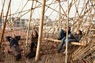 Besucher des Kunstmuseums Macro machen Pause in einer Bambusskulptur.