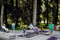 Erfrischend: Gäste üben den Storchengang im Kneippbecken neben dem Bad Wörishofener Barfußweg.
