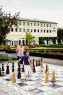 Familien-Runde: Vater und Sohn bestreiten im Kurpark von Bad Füssing eine Partie Schach.