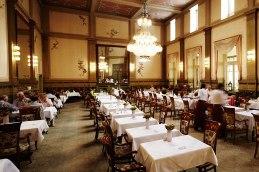 Zeitreise: Im sogenannten Kaisersaal des Bad Kissinger Hotels Kaiserhof Victoria lässt es sich fürstlich, wenn nicht sogar königlich speisen.