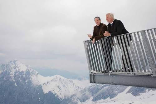 Die Kabarettisten Uli Bauer in der Rolle des Münchner Oberbürgermeisters Ude (links) und Wolfgang Krebs als Ministerpräsident Seehofer auf dem Zugspitzplatt.