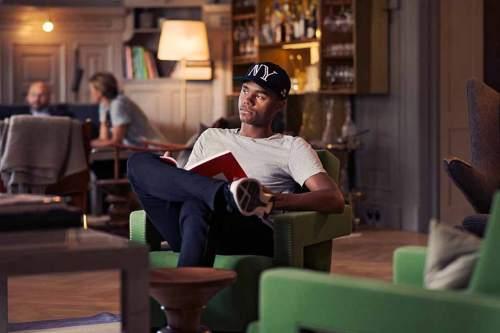Auswärts zu Hause: Emilio mag die gemütliche Atmosphäre im Hotel Ett Hem. Kalte Winterabende lassen sich wunderbar im großen Gemeinschaftswohnzimmer am offenen Kamin verbringen. Genügend Lesestoff finden die Gäste in der hauseigenen Bibliothek
