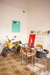 Schräg: Im Ladenlokal Okolo finden stets Ausstellungen des Künstlers Jan Kloss statt.