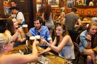 Nutznießer der neuen Vielfalt: eine bierselige Runde in der Studentenkneipe Hany Bany.