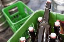 Frisch von der Quelle: gerade abgefüllte Flaschen in der Klosterbrauerei Břevnov. Kunden können dort auch persönlich ihre Bierkästen kaufen.
