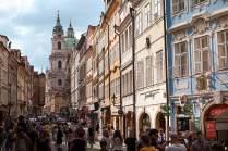 Adelspaläste und verwinkelte Häuschen: Auf der Kleinseite, dem Stadtviertel unterhalb der Prager Burg, liegen einige der schönsten Häuser der Stadt sowie die St.-Nikolaus-Kirche.