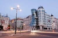 Moderner Kontrast: das Tanzende Haus, das der Stararchitekt Frank O. Gehry zusammen mit Vlado Milunić 1996 in der Neustadt am Ufer der Moldau entwarf.