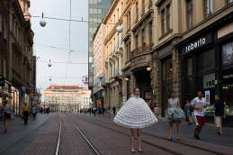 Beinfreiheit: Auf der Zagreber Ilica-Straße tragen zwei Models Kreationen von Matija Čop