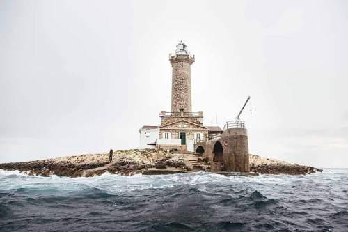 Wenig Stein, viel Wasser: Das Inselchen Porer ist im Wesentlichen ein 80 Meter breiter Fels. Seit 1833 sichert darauf ein 35 Meter hoher Turm die Schifffahrt vor der Südspitze Istriens.