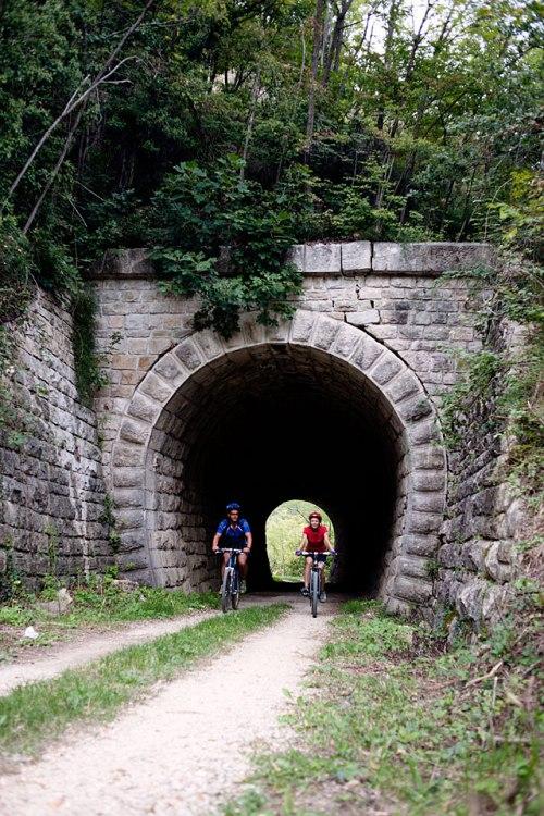 Tunnelblick: Bei Završje radeln die Parenzana-Fans Sandra und Markus kurz hintereinander durch zwei Röhren und über ein Viadukt – typisch für die frühere Bahnstrecke.