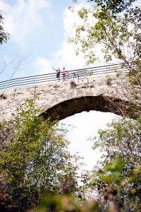 Wegweisend: Südöstlich von Vižinada überspannt das Viadukt von Sabadin eine enge Schlucht. Für Martin Čotar (r.) der ideale Standort, um Redakteur Helmuth Meyer den Verlauf der Parenzana zu erklären.