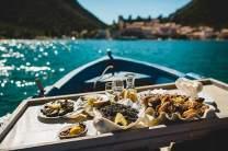 101 dalmatinische Köstlichkeiten: Meereseier, Jujubefrüchte, Austern mit Zitrone, Tintenfischrisotto und Spaghetti mit Meeresfrüchten (von links).