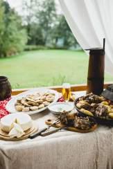 Tiefes Wohlgefühl: In den Bergen kommen Škripavac-Käse, die Kartoffelspeise Ličke pole, Schafsmilchfrischkäse und geschmortes Lamm auf den Tisch (von links). Dazu gibt's Karlovačko, ein lokales Bier
