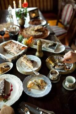Zucker-Reich: Das Blätterteiggebäck Gibanica (hinten links), Walnusstorte (Mitte) oder süße Ravioli (vorn) gibt es in Mittelkroatien häufig zum Kaffee