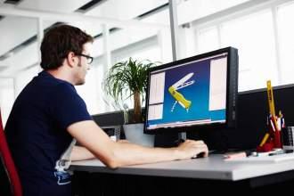 In der Technik-Abteilung werden die Messer am Computer in 3-D konstruiert