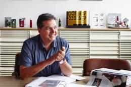 Ordner muss sein: Pressesprecher Hans Schorno mit seinen Messergeschichten