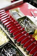 Insgesamt stellt Victorinox pro Tag 28.000 Taschenmesser her