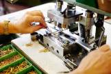 Feinarbeit: Bei Victorinox ist höchste Konzentration erforderlich