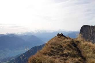 Fern sehen: Wanderer genießen die Aussicht am Gemsmätteli