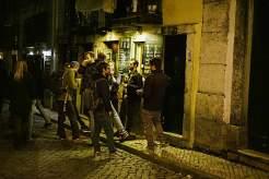 Studenten aus aller Welt vor der Troika Bar im Bairro Alto