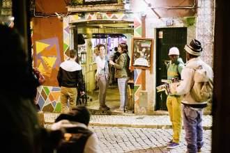 Kunterbunt: Vor der Bali Bar leuchten Hauswände und Straßenhändler in grellen Farben