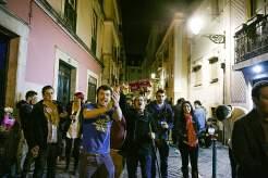 Nachtzug durch Lissabon: Die Teilnehmer eines Pub Crawl, einer organisierten Kneipentour im Bairro Alto, suchen noch Feierlustige